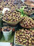 Mercado de la parada de la fruta en Asia fotos de archivo