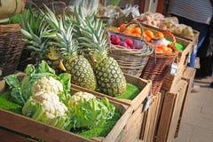 Mercado de la parada de la fruta y del veg imagenes de archivo