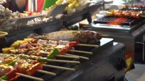 Mercado de la tarde Comida de la calle Gran selección de kebabs, mariscos, pescado Alimento asi?tico almacen de metraje de vídeo