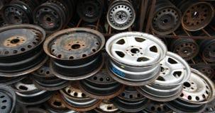 Mercado de las piezas de automóvil Las ruedas de coche están en la tierra almacen de metraje de vídeo