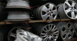 Mercado de las piezas de automóvil Las ruedas de coche están en la tierra almacen de video