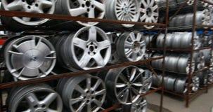Mercado de las piezas de automóvil Las ruedas de coche están en la tierra metrajes