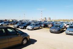 Mercado de los coches usados de la segunda mano en la ciudad de Vilna Imagen de archivo libre de regalías