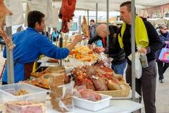 Mercado de Loule, Loule, Πορτογαλία - 18 Ιανουαρίου 2019: Λουκάνικα αγοράς ατόμων στην αγορά Loule στοκ φωτογραφία