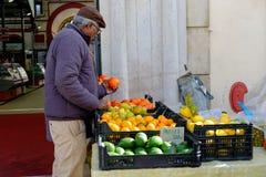 Mercado de Loule, Loule, Portugal - 18 de enero de 2019: Hombre que embala para arriba en el mercado de Loule foto de archivo