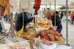 Mercado de Loule, Loule, Portugal - 18 de enero de 2019: Salchichas de la compra del hombre en el mercado de Loule imagen de archivo libre de regalías