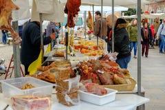 Mercado de Loule, Loule, Portugal - 18. Januar 2019: Mannkaufenwürste in Loule-Markt stockfotografie