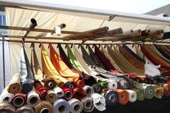 Mercado de matéria têxtil Fotografia de Stock Royalty Free
