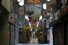 Mercado de Nishiki o la cocina de Kyoto en Kyoto por la mañana fotografía de archivo