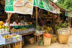 Mercado de Nyaung-U del birmano, con las paradas vendiendo diversos art?culos, cerca de Bagan, Myanmar fotografía de archivo libre de regalías