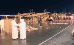 mercado de pescados al por mayor de la noche, traído pescados frescos y los mariscos Imágenes de archivo libres de regalías