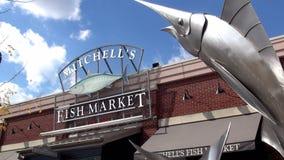 Mercado de pescados de Mitchells en el embarcadero de Newport - NEWPORT, Kentucky Estados Unidos almacen de metraje de vídeo