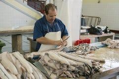 Mercado de pescados del DOS Lavradores de Mercado, Funchal/MADEIRA - 22 de abril de 2017: Pescador y carniceros imagen de archivo libre de regalías