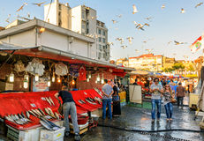 Mercado de pescados en el distrito viejo de Galata en Estambul Imágenes de archivo libres de regalías