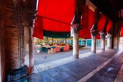 Mercado de pescados en Grand Canal en el edificio del vintage de Venecia Italia Imagen de archivo libre de regalías