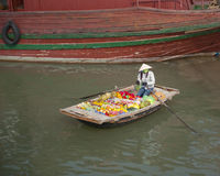Mercado de producto flotante en la bahía de Halong imagen de archivo