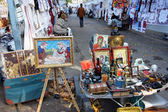 Mercado de pulgas con los iconos y las pinturas Imagenes de archivo