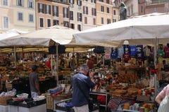 Mercado de pulgas del ` s Campo de ` Fiori de Roma imagen de archivo