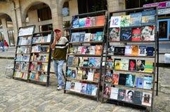 Mercado de pulgas en La Habana vieja, libros acerca de Che y de Fidel Imagen de archivo