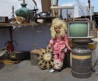 Mercado de pulgas La muñeca del vintage y la otra materia vieja Foto de archivo libre de regalías