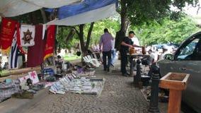 Mercado de pulgas y mercado de la antigüedad en la calle en Georgia metrajes