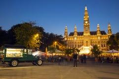 Mercado de Rathaus y de la Navidad en Viena Foto de archivo libre de regalías