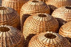 Mercado de rua de madeira handmade de vime do sell da cesta imagem de stock royalty free