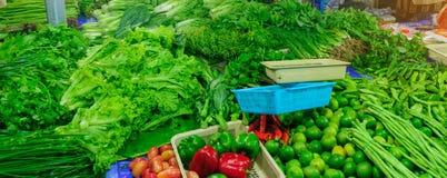 Mercado de rua org?nico fresco asi?tico das frutas e legumes Tenda natural do alimento do mercado em Tail?ndia imagens de stock