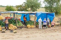 Mercado de sandías y de melones en la entrada al solenoide-Iletsk Fotografía de archivo