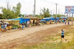 Mercado de sandías y de melones en la entrada al solenoide-Iletsk Imagenes de archivo