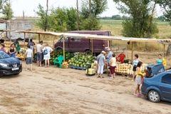 Mercado de sandías y de melones en la entrada al solenoide-Iletsk Fotos de archivo