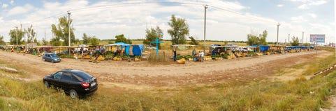 Mercado de sandías y de melones en la entrada al solenoide-Iletsk Imágenes de archivo libres de regalías