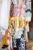 Mercado de seda colorido de la bufanda de las bufandas en calle de la tienda imagen de archivo