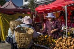 Mercado de sexta-feira em Shaxi, Yunnan, China foto de stock royalty free