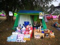 Mercado de T a vender sobre o artigo de acampamento do grupo de acampamento de Tailândia Imagem de Stock