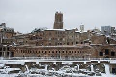 Mercado de Traiano en Roma bajo nieve Imagen de archivo