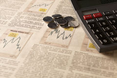Mercado de valores de ação do jornal com calculadora e dinheiro Fotos de Stock Royalty Free