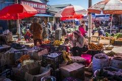 Mercado de Zhongyi, cidade velha de Lijiang, província de Yunnan, China imagens de stock