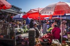 Mercado de Zhongyi, cidade velha de Lijiang, província de Yunnan, China fotos de stock