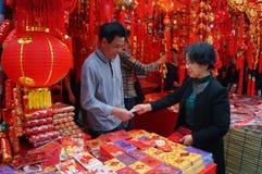 Mercado del Año Nuevo, la venta de linternas rojas y volutas Imagen de archivo