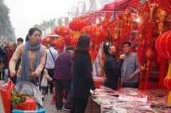 Mercado del Año Nuevo, la venta de linternas rojas y volutas Foto de archivo libre de regalías