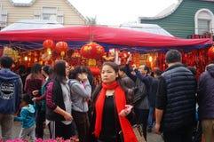 Mercado del Año Nuevo, la venta de linternas rojas y volutas Imagenes de archivo