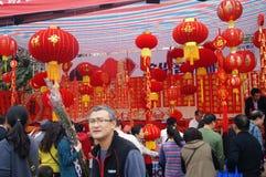 Mercado del Año Nuevo, la venta de linternas rojas y volutas Foto de archivo
