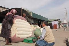 Mercado del algodón en Osh Imágenes de archivo libres de regalías