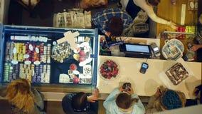 Mercado del día de fiesta con los regalos y los macarrones dulces metrajes