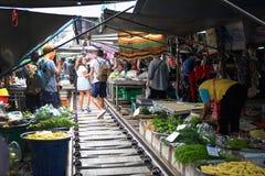 Mercado del ferrocarril de Maeklong imagen de archivo libre de regalías
