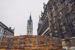Mercado del invierno de Gante y torre del campanario Fotos de archivo libres de regalías