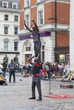 Mercado del jardín de Covent, compras populares y emplazamiento turístico, ejecutantes de circo negros en la calle, Londres, Rein Imagen de archivo