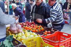 Mercado del local de la fruta de la venta Imagenes de archivo