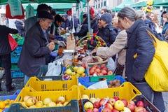 Mercado del local de la fruta de la venta Fotos de archivo libres de regalías